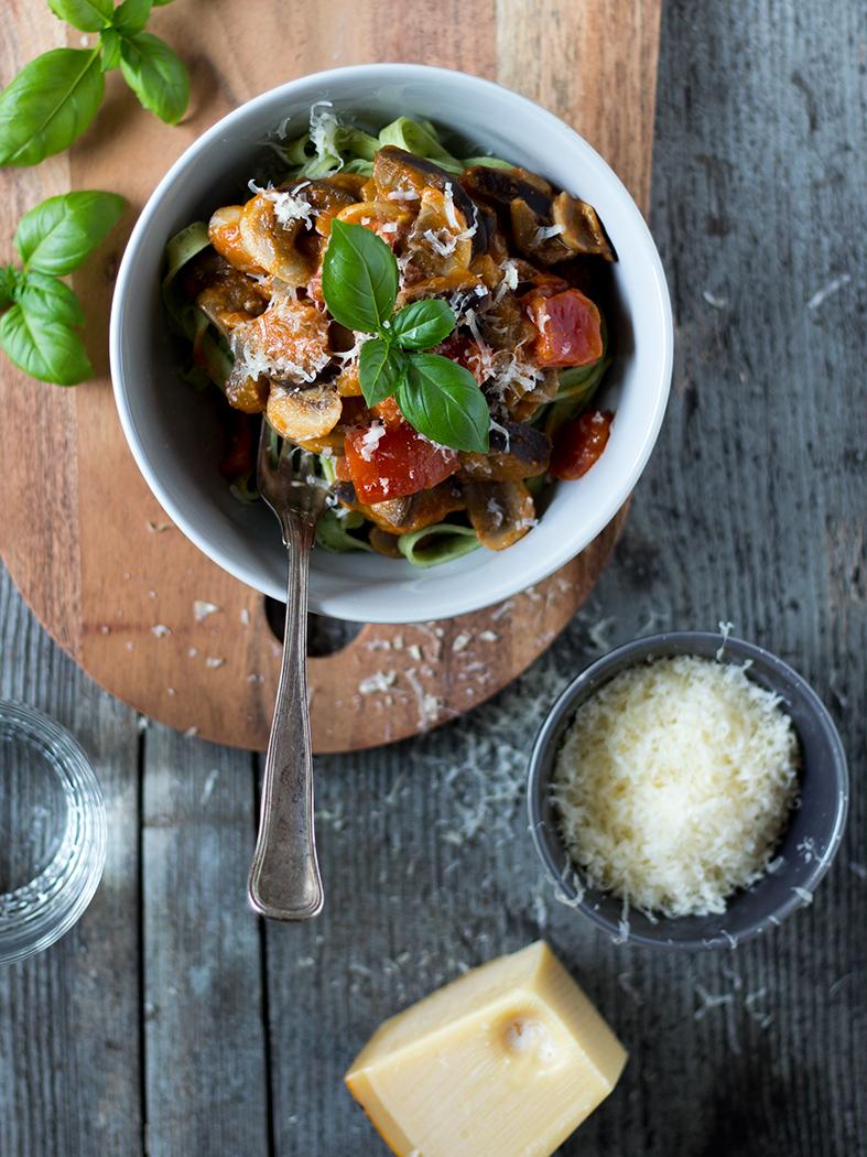Pastasovs med aubergine og tomat